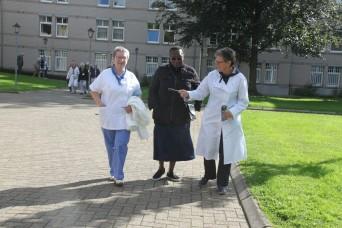 Bernadette et Julienne encadrant la responsable de l'Hospitalité