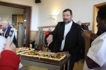 Mgr Delville découpe l'un des gâteaux des 80 ans du pèlerinage liégeois à Banneux