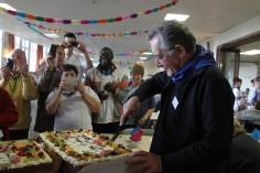 Mgr Jousten découpe l'un des gâteaux des 80 ans du pèlerinage liégeois à Banneux